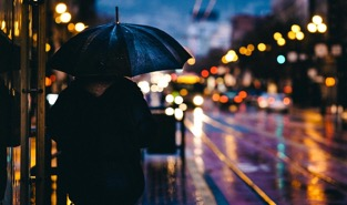 大人, ぼかし, ボケ, 市, 夜, 光, 男, アウトドア, 人, 雨, 反射, 道路, 通り, 傘